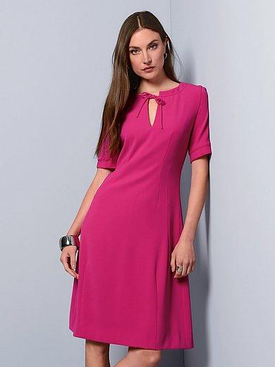 Strenesse - La robe à manches courtes, ligne cintrée