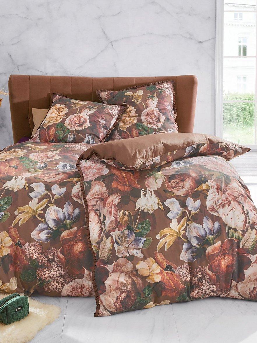 Artikel klicken und genauer betrachten! - Bettwäsche-Garnitur von ESSENZA: wunderschön gebettet in einem Meer aus opulenten Blüten. Stilvolle Satin-Bettwäsche zum Wenden in harmonisch-warmen Farben mit dekorativen Rüschen an Kissen- und Bettbezug. Mit Reißverschluss. 100% Baumwolle. 2-teilige Garnitur: 1 Kissenbezug ca. 80x80cm und 1 Bettbezug ca. 135x200cm. Diese Bettwäsche-Garnitur ist maschinenwaschbar. Normalwaschgang 60°. Chlorbleiche nicht möglich. Mäßig heiß Bügeln. | im Online Shop kaufen