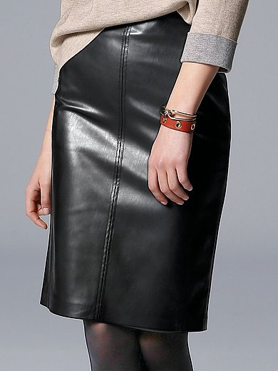 comma, - Figure-flattering skirt in a leather look